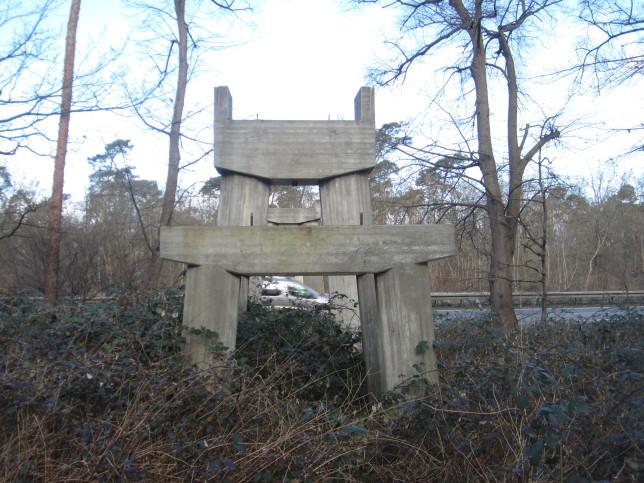 Brückenpfeiler ohne Brücke bei Pfungstadt (Bild: Klaus Dapp)