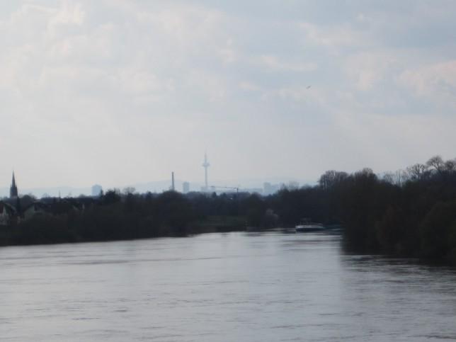 Blick von der Schleuse Mühlheim nach Frankfurt (Bild: Klaus Dapp)