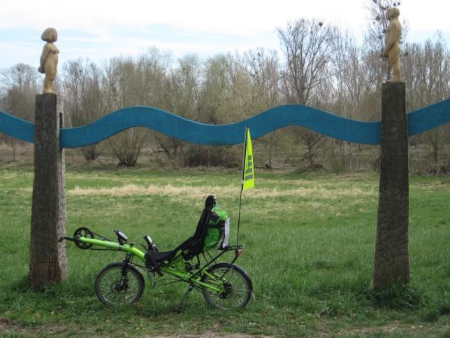Kunst: Mein Grasshopper unter der Skulptur am Zugang aus Stockstadt (Bild: Klaus Dapp)