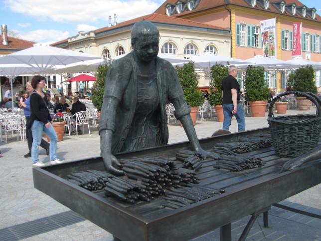 Spargelbäuerin auf dem Schwetzinger Marktplatz (Bild: Klaus Dapp)
