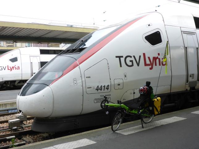 Grasshopper vor dem TGV Lyria im Gare de Lyon in Paris (Bild: Klaus Dapp)