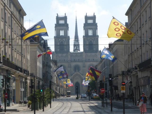 Blick auf die Kathedrale in Orleans mit der Straßenbahn ohne Oberleitung (Bild: Klaus Dapp)