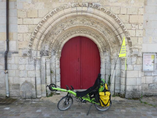 Grasshopper vor dem Portal der Kirche von Chênehutte-Trèves-Cunault (Bild: Klaus Dapp)
