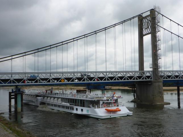 Schaufelrad-Personenschiff unter der Loirebrücke bei Ancenis (Bild: Klaus Dapp)