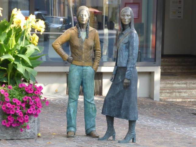 Dorfjugend in Markdorf (Bronzestaturen gegenüber dem Gasthaus Krone) (Bild: Klaus Dapp)