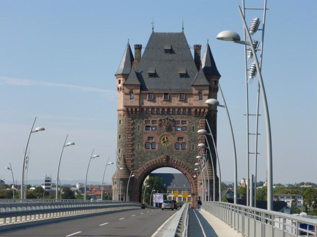 Stadttor von Worms auf der Rheinbrücke (Bild: Klaus Dapp)