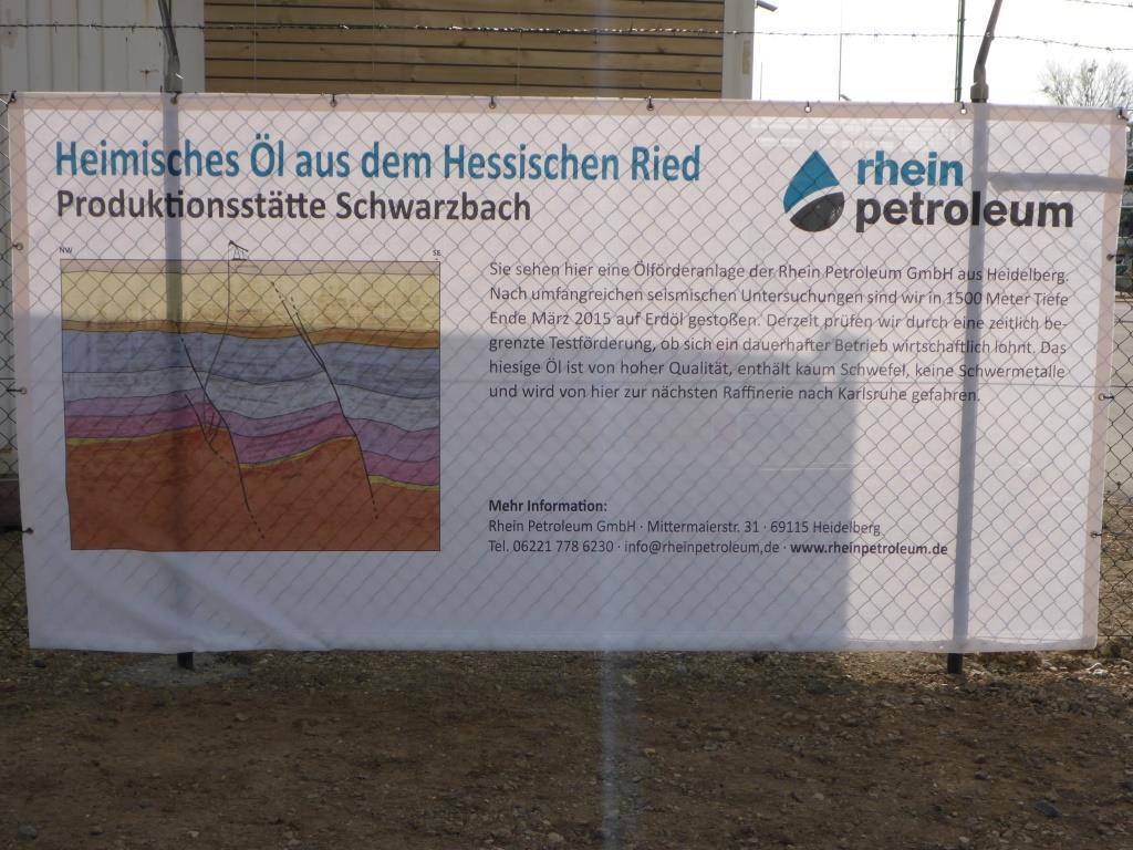 Heimisches Öl aus dem Hessischen Ried - Werbebanner der RheinPetroleum in Riedstadt (Bild: Klaus Dapp)