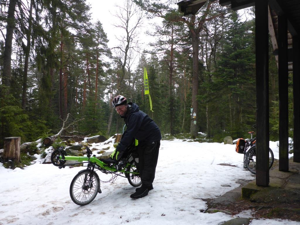 Das gibt Rücken … Liegerad schieben im Schnee (Bild: Antje Hammer)