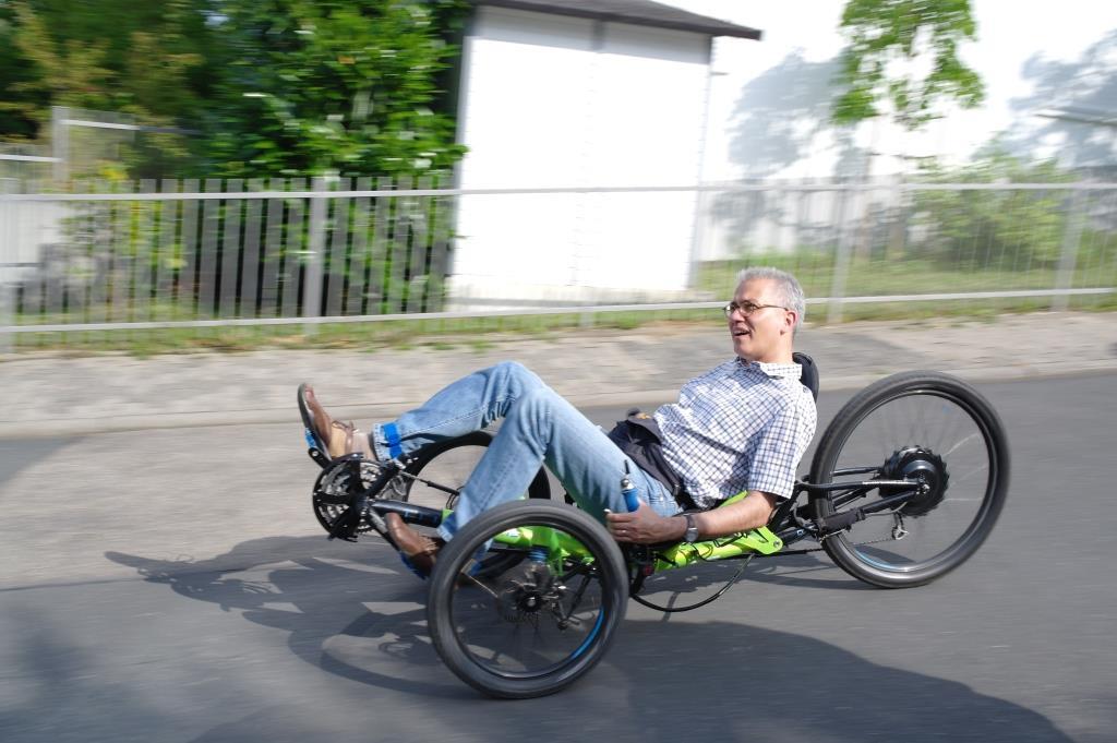 Hessischer Minister für Wirtschaft, Energie, Verkehr und Landesentwicklung Tarek Al-Wazir auf einem E-unterstützen Scorpion Enduro (Bild: Horst Schneider)