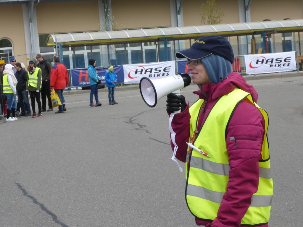 Tatjana Schmidt sorgt für Ordnung und Sicherheit auf dem Testparcours