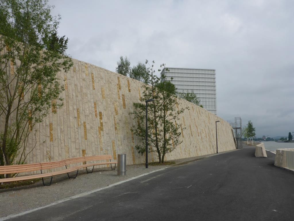 Aufwändig gestaltete Schutzmauer mit Videoüberwachung des Novartis Campus (Bild: Klaus Dapp)