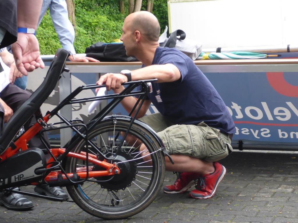 Daniel Pulvermüller legte beim Tag der offenen Tür selbst Hand an und zeigte einem Interessierten die Möglichkeiten der Reha-Ausstattung (Bild: Klaus Dapp)