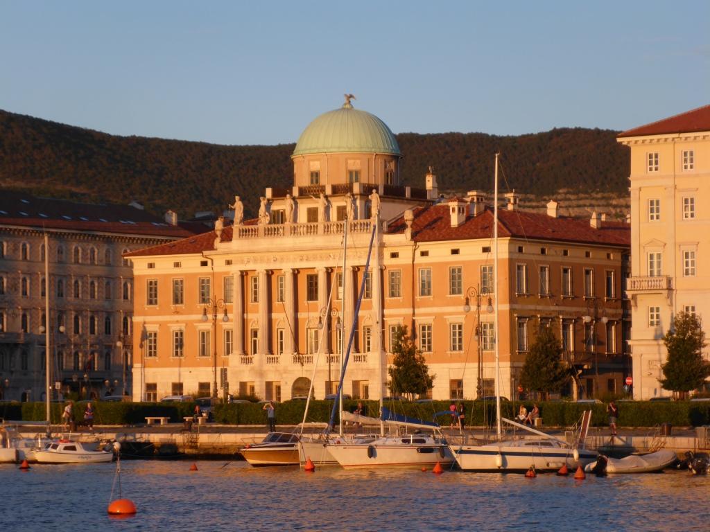 Palast am Hafen im Sonnenuntergang (Bild: Klaus Dapp)