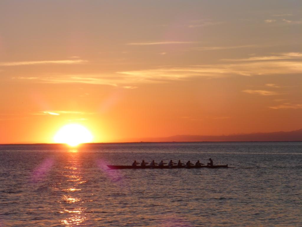 Sonnenuntergang über der Adria und Achter-Ruderboot (Bild: Klaus Dapp)