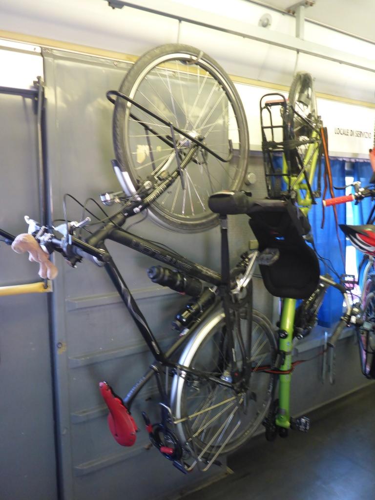 Aufgehängte Fahrräder in der Regionalbahn (Bild: Klaus Dapp)