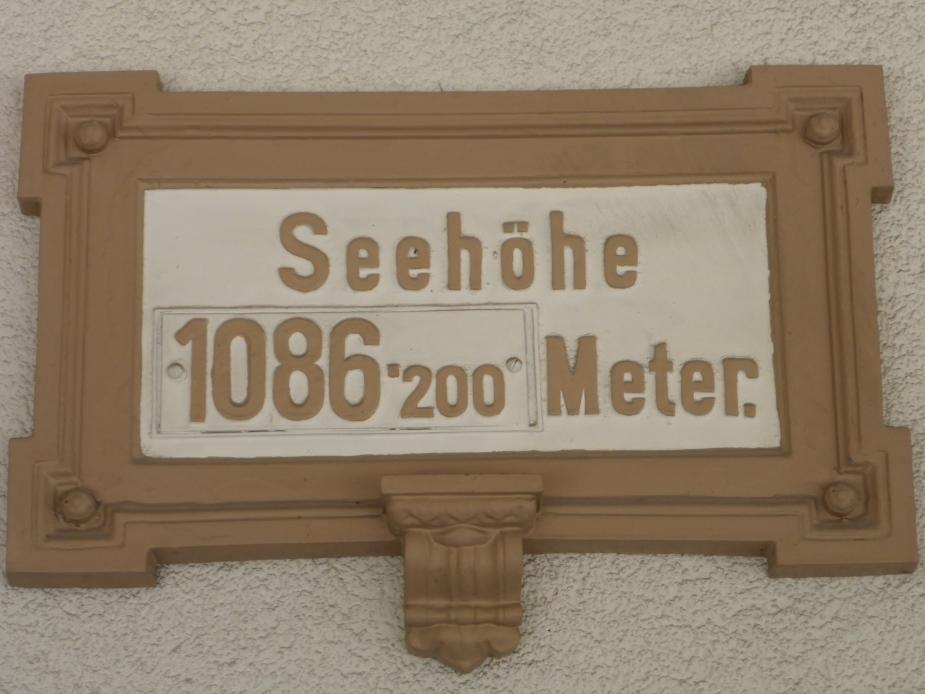 Höhenangabe im Bahnhof Bad Gastein (Bild: Klaus Dapp)