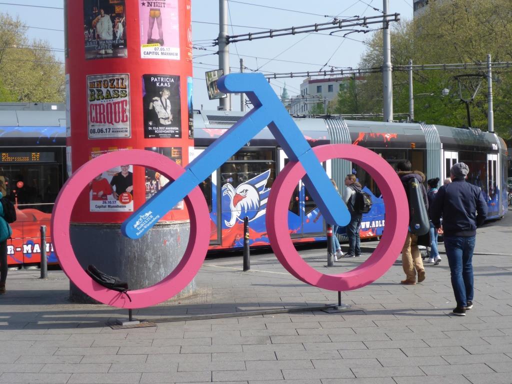 Symbol für 200 Jahre Fahrrad am Hauptbahnhof in Mannheim (Bild: Klaus Dapp)