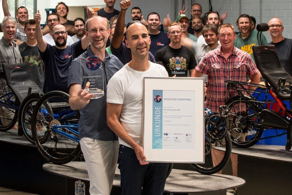 Das Team feiert den Hessischen Exportpreis (Bild: HP Velotechnik)