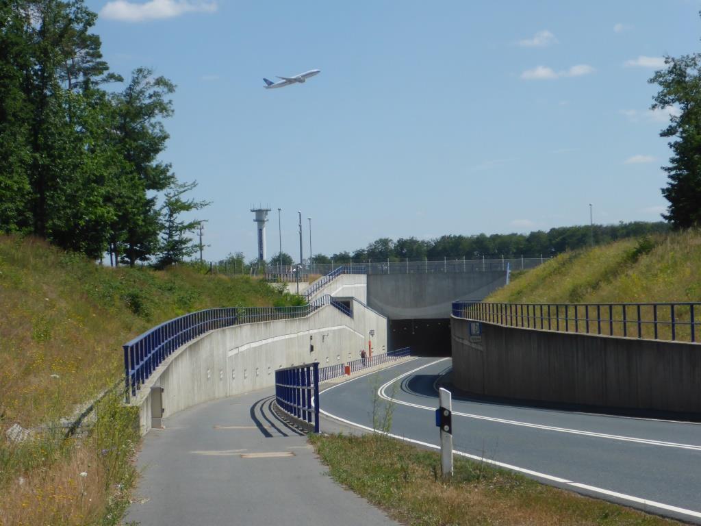 Radweg unter der Landebahn des Frankfurter Flughafens (Bild: Klaus Dapp)