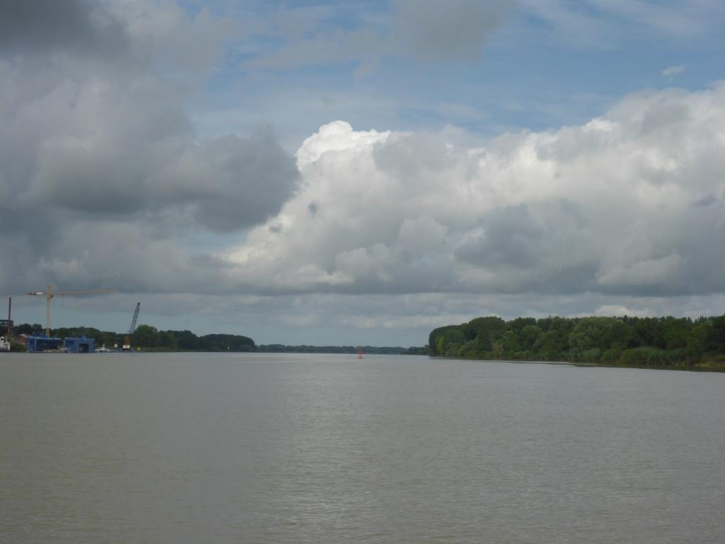 Blick auf die Loire Richtung Atlantik zwischen Coneron und Le Pellerin (Bild: Klaus Dapp)
