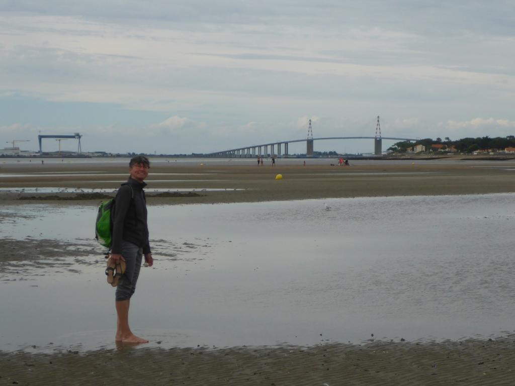 Antjes erster Schritt in den Atlantik bei dieser Tour (Bild: Klaus Dapp)