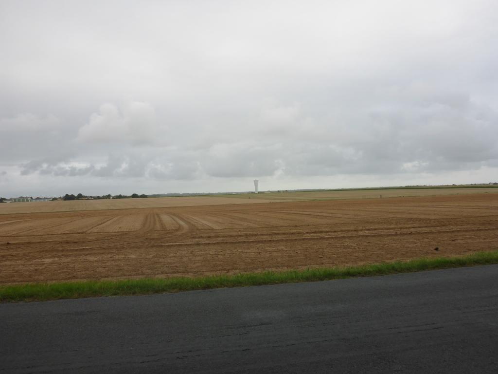 Ausgeräumte Landschaft mit Wasserturm nach St-Vincent-sur-Jard (Bild: Klaus Dapp)