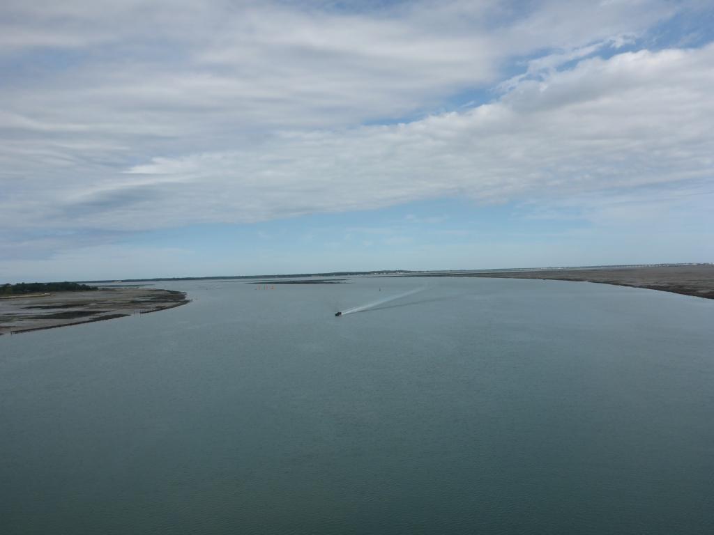 Blick auf den Atlantik zwischen der Ile d' Oléron und Rochefort von der Brücke über La Seudre (Bild: Klaus Dapp)