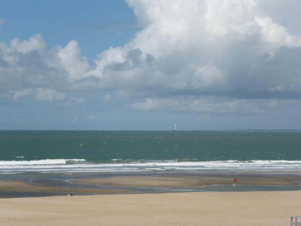 Strand in Soulac-sur-Mer mit Blick auf den Leuchtturm Phare de Cordouan (Bild: Klaus Dapp)