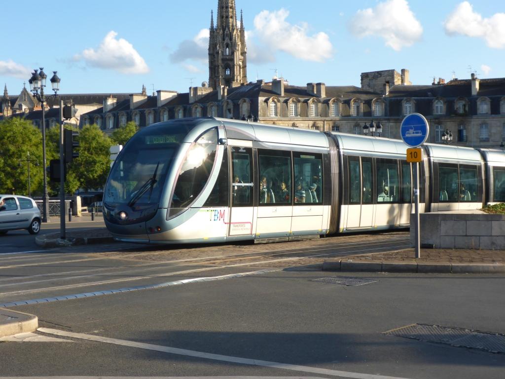 Schicke Straßenbahn, die in einigen städtebeaulich besonderen Bereichen den Strom aus einer Stromschiene im Boden bekommt (Bild: Klaus Dapp)