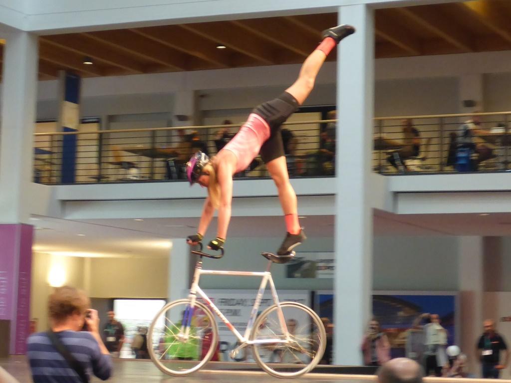 Rad-Akrobatik im Rahmen der Modeschau (Bild: Klaus Dapp)