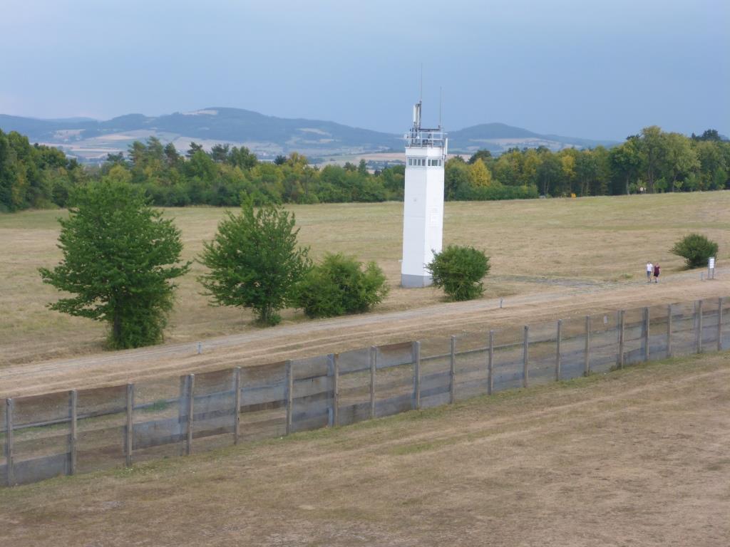 Wiederaufgebaute DDR-Grenzanlage vom Überwachungsturm in Point Alpha aus gesehen (Bild: Klaus Dapp)