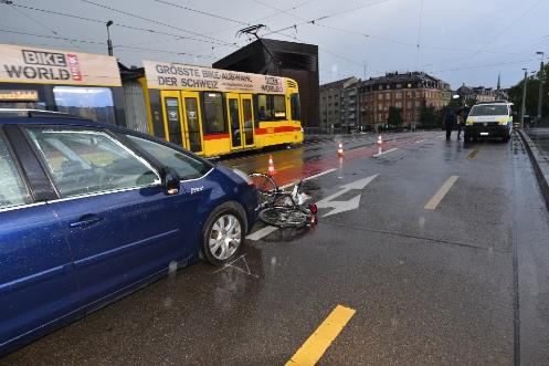 Velo von Auto erfasst (Bild: Polizei Basel)