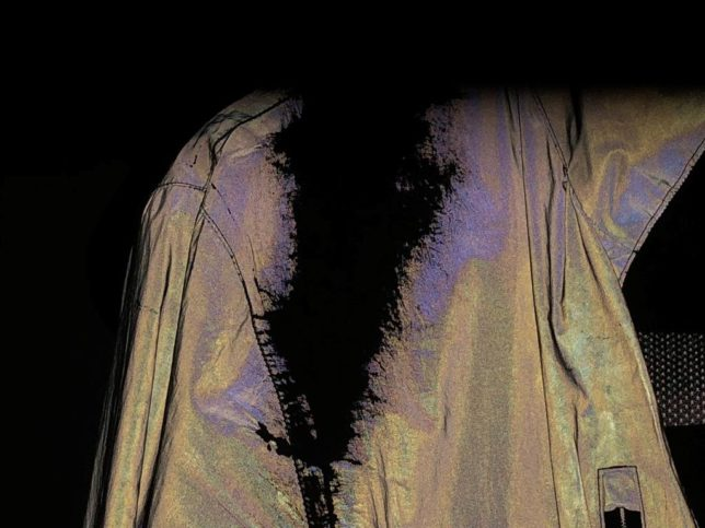 Nutzungsspuren an der Jacke durch den Rucksack mit Blitzlicht (Bild: Klaus Dapp)