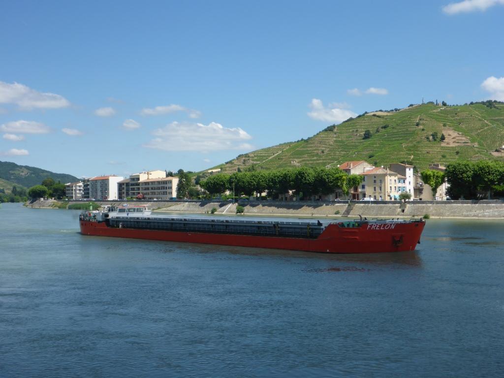 Frachtschiff in Tain l'Hermitage (Bild: Klaus Dapp)