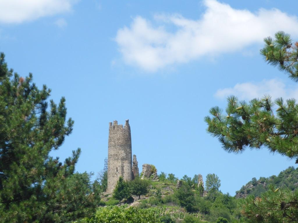 Burganlage von Arras-sur-Rhône (Bild: Klaus Dapp)
