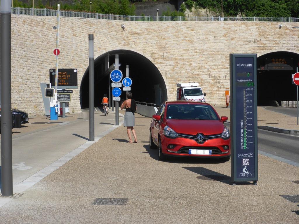 Eingang in den Ökotunnel auf Seite der Saône mit Zählstelle für den Radverkehr (Bild: Klaus Dapp)