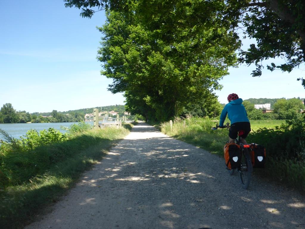 Schotterweg entlang der Saône (Bild: Klaus Dapp)