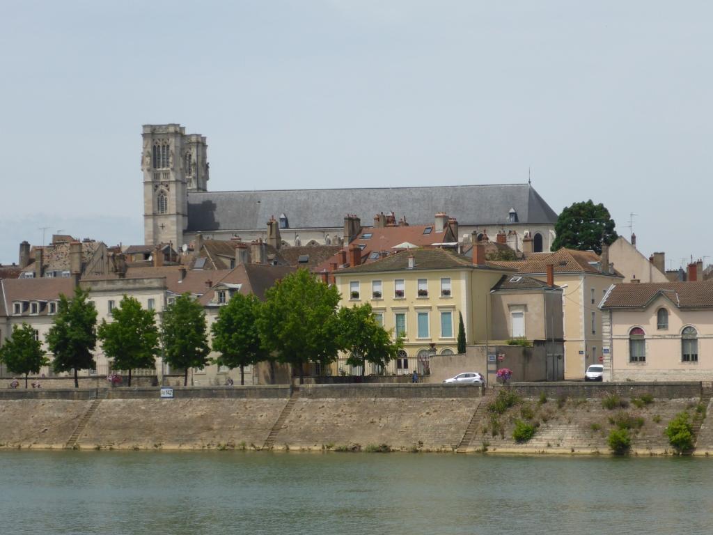 Blick auf die Kathedrale Saint-Vincent in Chalon-sur-Saône über die Saône (Bild: Klaus Dapp)