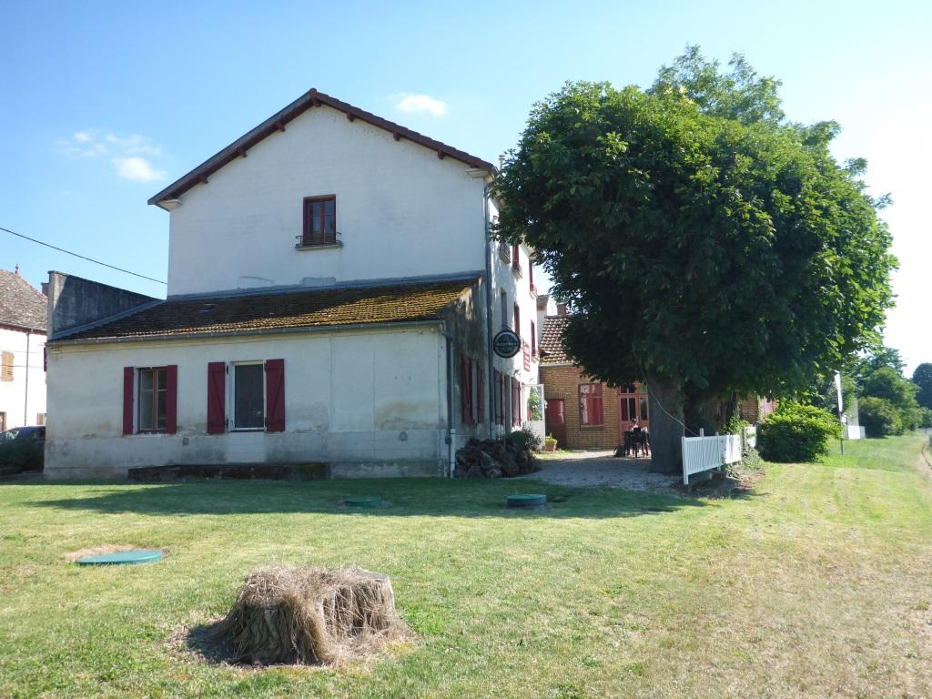 Ehemaliges Dorfgasthaus Cascarot in Lechâtelet mit Terrasse zur Saône (Bild: Klaus Dapp)
