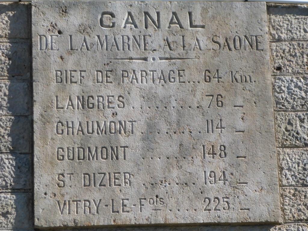 Steintafel mit Entfernungen im Marne-Saône-Kanal (Bild: Klaus Dapp)