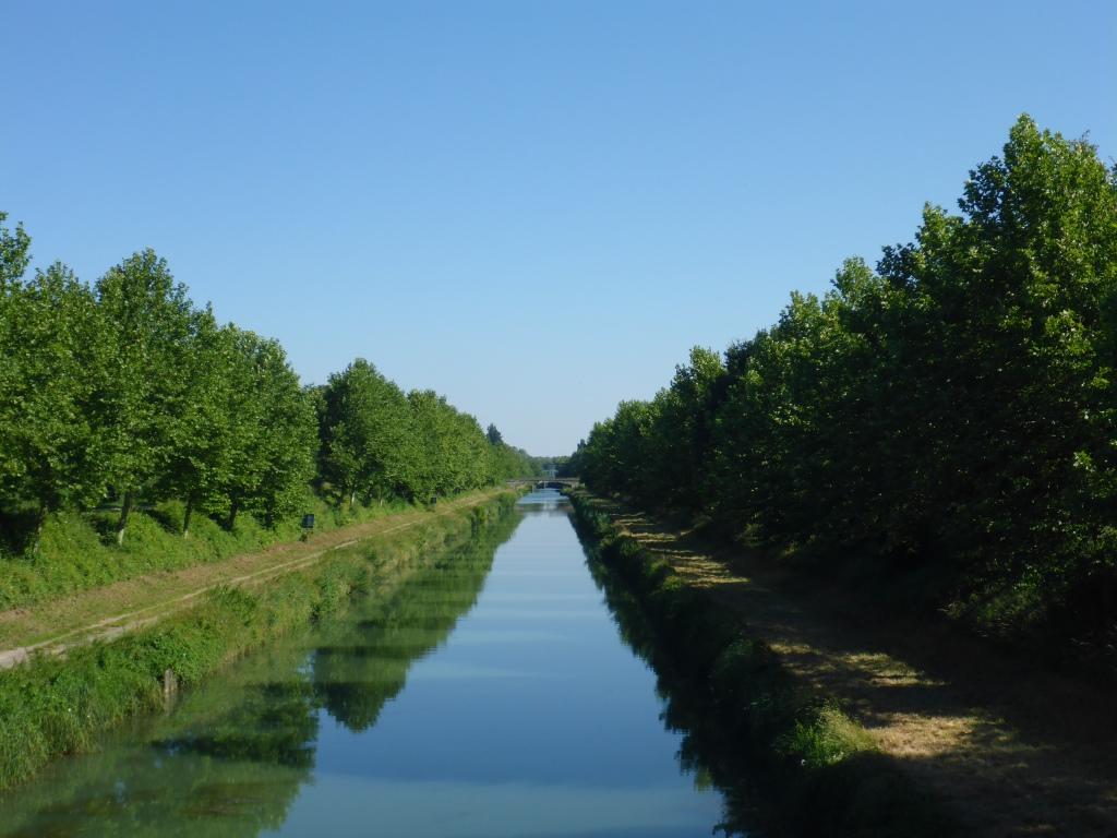 Blick auf einen ausgebauten Abschnitt des Marne-Saône-Kanals (Bild: Klaus Dapp)