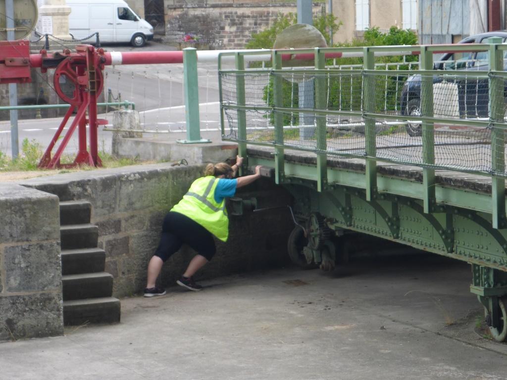 Echte Hand- und Fußarbeit an der Drehbrücke über den Kanal der Vogesen in Selles (Bild: Klaus Dapp)