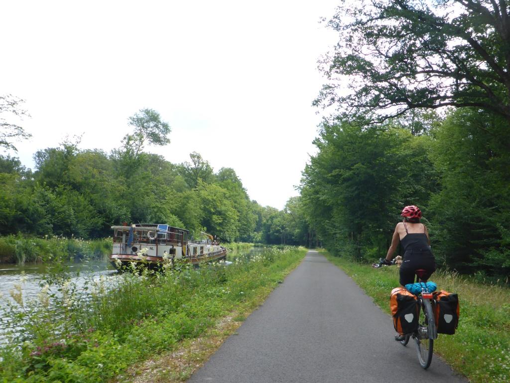 Rad- und Schiffsverkehr am Kanal der Vogesen (Bild: Klaus Dapp)