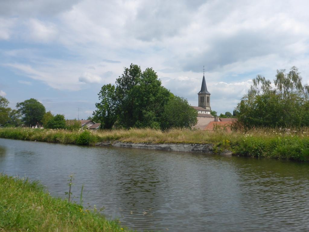 Blick vom höherliegenden Kanal auf den Ort Chaumousey (Bild: Klaus Dapp)