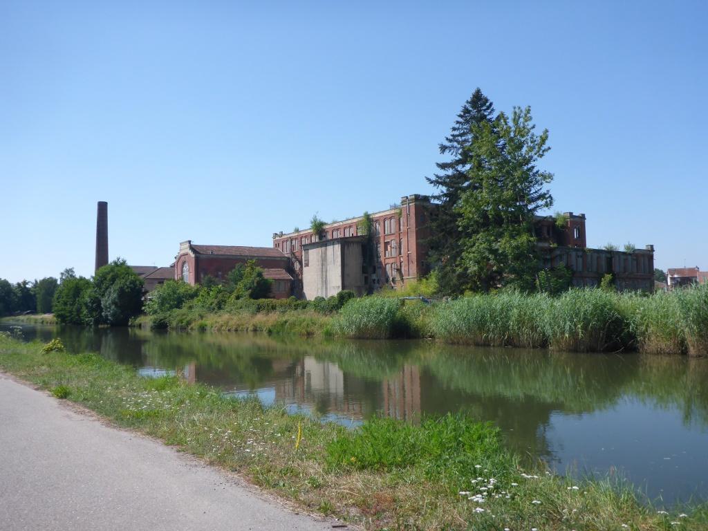 Zeichen alter Industrie - Verlassene Fabrik in Vincey (Bild: Klaus Dapp)