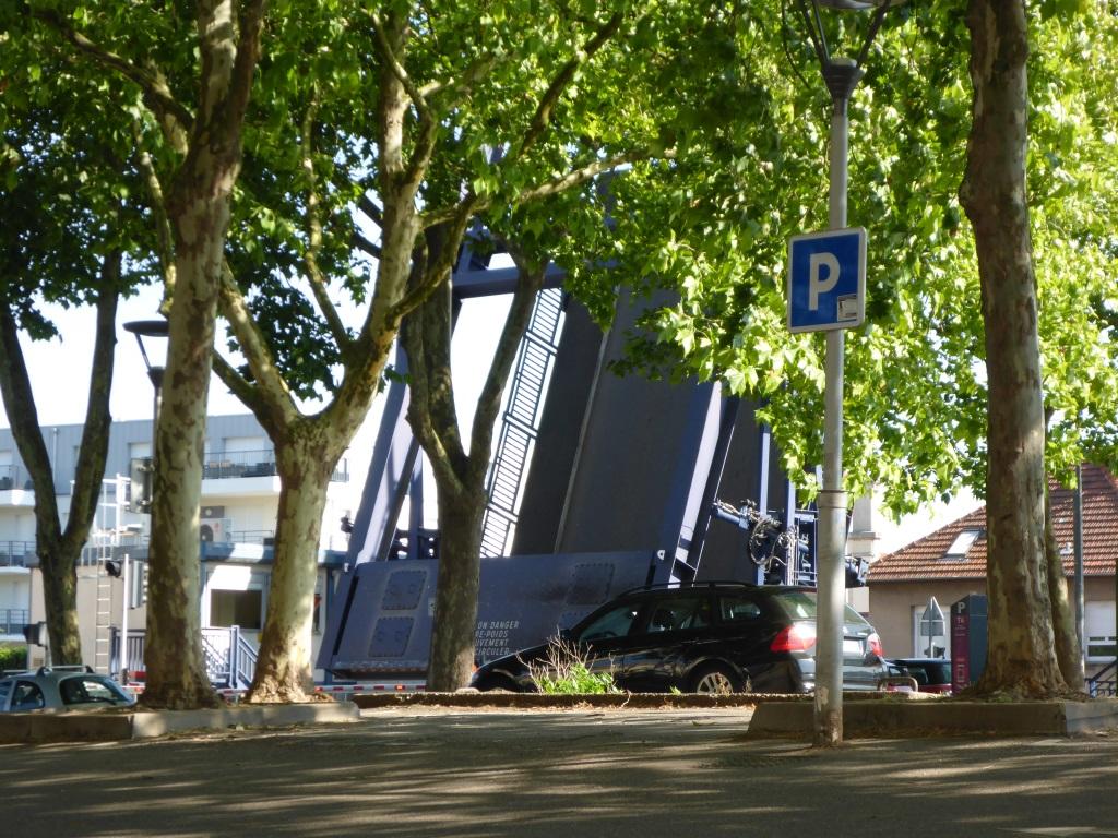 Stau vor der Klappbrücke an der Meurthe in Nancy (Bild: Klaus Dapp)