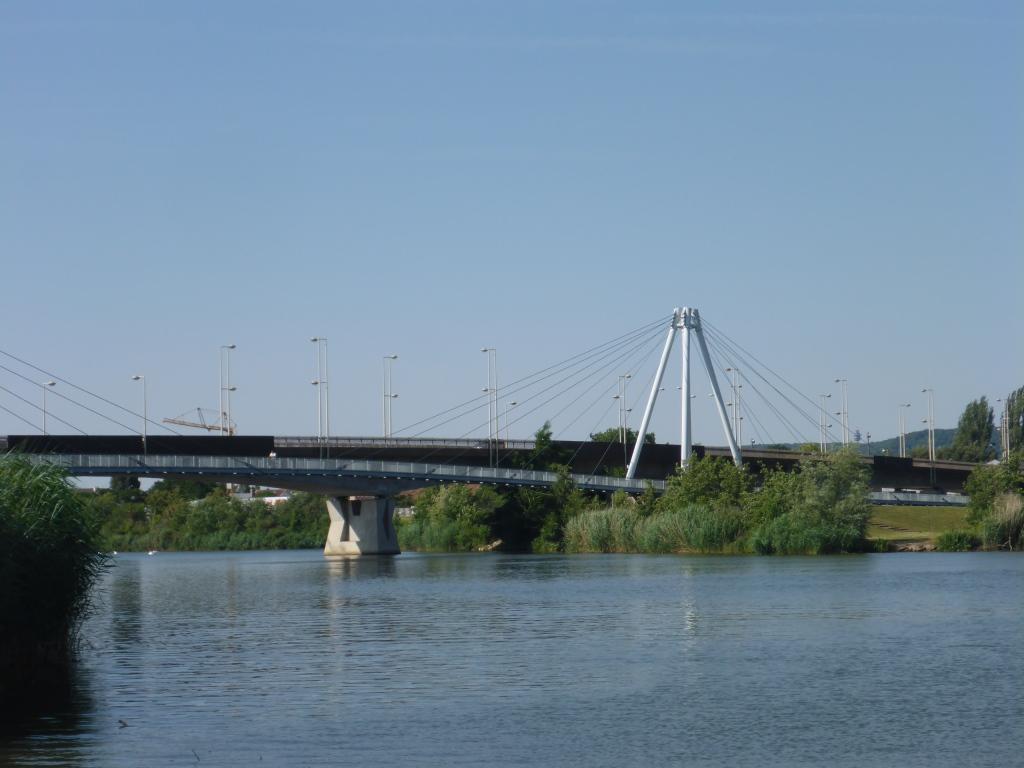 Autobrücke und neue Radbrücke an der Meurthe in Nancy (Bild: Klaus Dapp)