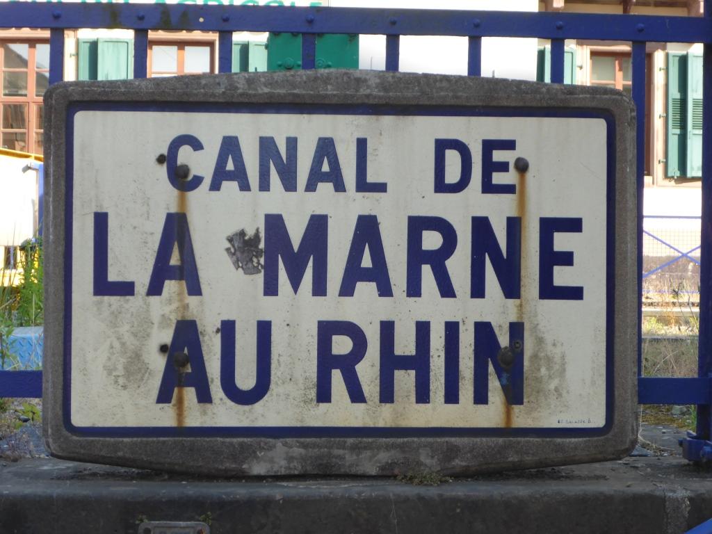 Tafel am Canal de La Marne au Rhin in Saverne (Bild: Klaus Dapp)
