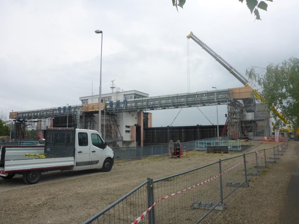 Baustelle an der Schleuse in Gambsheim mit provisorischem Steg (Bild: Klaus Dapp)
