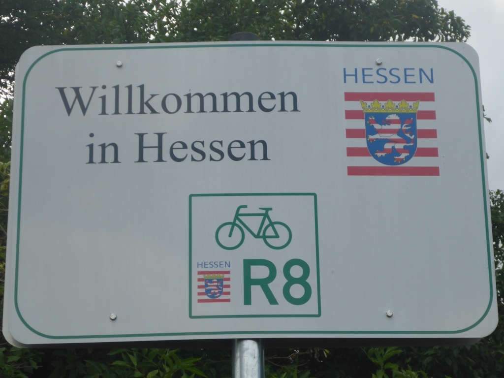 """Schild """"Willkommen in Hessen"""" an der Landesgrenze zwischen Baden-Württemberg und Hessen bei Heppenheim (Bild: Klaus Dapp)"""